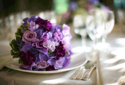 bruidsboeket_paars_tafelbord
