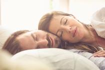 Kruip jij graag dicht tegen je slapende husband aan?