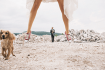 Bruiloftssneakers onder de trouwjurk