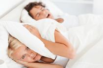 Tip voor als jouw man snurkt