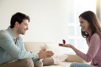 Zij vraagt hem ten huwelijk, hoe romantisch!